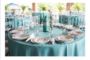 چیدمان یک میز در تالار برای شام عروسی