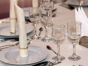ظروف کرایه قدیمی همچون ظروف مسی و سفالی را نیز میتوانید پیدا کنید و با استفاده از آنها حس خوشایندی را تجربه کنید.