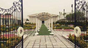 جایگاه مخصوص به عروس و داماد و راهروی ورودی، مکانهایی هستند که باید به زیبایی تزئین شده باشند.