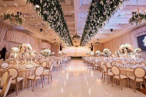 فضایی آرام و دلنشین در سالن عروسی